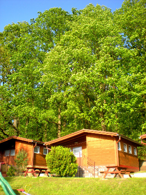 Noclegi w domkach drewnianych nad jeziorem
