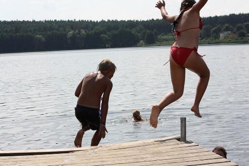 skoki do wody nad jeziorem