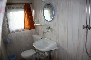 Łazienka z natryskiem w ośrodku wczasowym
